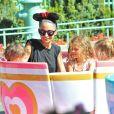 Nicole Richie est heureuse de partager Disneyland avec ses enfants, Harlow et Sparrow, à Anaheim. Le 20 juillet 2014