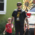 Exclusif - Joel Madden se promène avec ses enfants Harlow et Sparrow à Los Angeles, le 19 mai 2014.