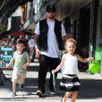 Joel Madden fait du shopping avec ses enfants Harlow et Sparrow à Larchmont Village, le 17 mai 2014