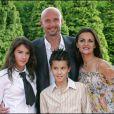 Frank Leboeuf, sa femme Betty et leurs enfants Hugo et Jade à Paris le 27 juin 2004.