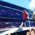 Dave Grohl s'est cassé la jambe en chutant lors du concert des Foo Fighters à Göteborg le 12 juin 2013. Ce qui ne l'a pas empêché de revenir continuer le show, la jambe dans le plâtre !