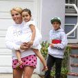 Britney Spears avec sa nièce dans les bras va récupérer ses fils Sean Preston et Jayden James pour déjeuner. On dirait que les garçons ont passé la nuit chez leurs cousins. Los Angeles, le 14 juin 2015.