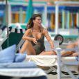 Claudia Galanti et ses formes généreuses profitent du soleil de Forte dei Marmi, le 13 juin 2015