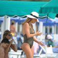 Claudia Galanti profitent de ses vacances à Forte dei Marmi avec ses enfants Liam et Tal, le 13 juin 2015