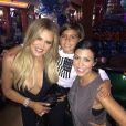 Khloé, Kourtney Kardashian et son fils Mason (5 ans) assistent à la soirée d'anniversaire de Khloé (31 ans) au Pinz Bowling Center. Los Angeles, le 27 juin 2015.