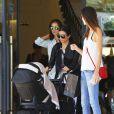 Kourtney Kardashian à la sortie de Barneys New York avec son fils Reign et des amies à Beverly Hills, le 25 juin 2015.