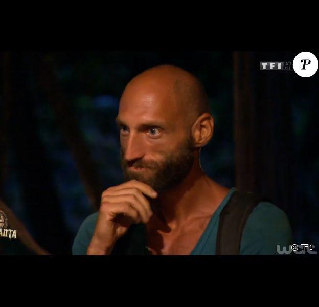 Jeff, abasourdi par son élimination, dans Koh-Lanta 2015 (épisode 10), le vendredi 26 juin 2015 sur TF1.
