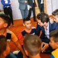 Le prince Hussein en visite dans un orphelinat à Zarqa, au nord-est d'Amman, le 28 juin 2015 en Jordanie.