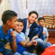 """"""" Le prince Hussein rend visite à des enfants dans un orphelinat à Zarqa, au nord-est d'Amman, le 28 juin 2015 en Jordanie. """""""
