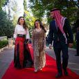 La reine Rania de Jordanie avec sa fille la princesse Salma et son fils le prince héritier Hussein sur le tapis rouge lors des célébrations de la Fête nationale à Amman le 25 mai 2015. Photo Instagram.