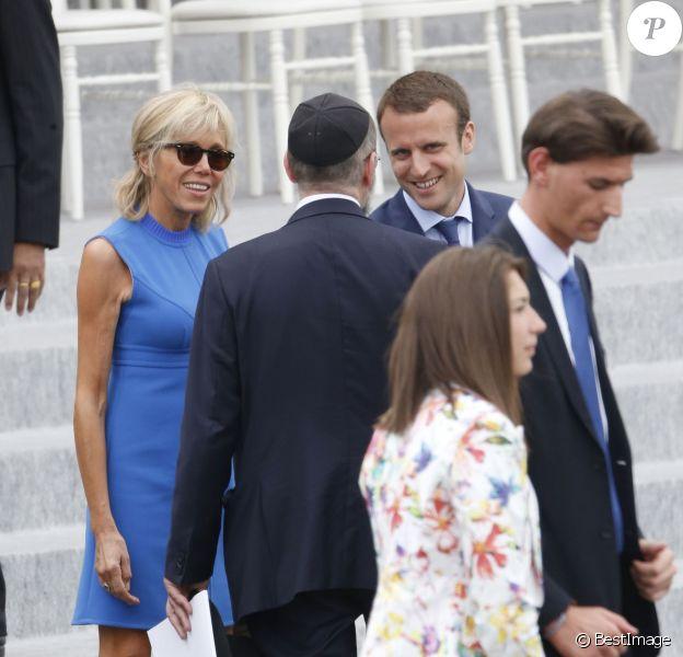 Emmanuel Macron et sa femme Brigitte Trogneux assistent au défilé du 14 juillet 2015, place de la Concorde à Paris.