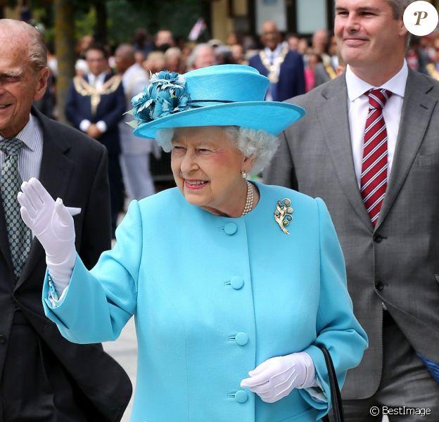 """La reine Elisabeth II et le prince Philip, duc d'Edimbourg, ont visité le centre communautaire """"Chadwell Heath"""" à Barking le 16 juillet 2015"""