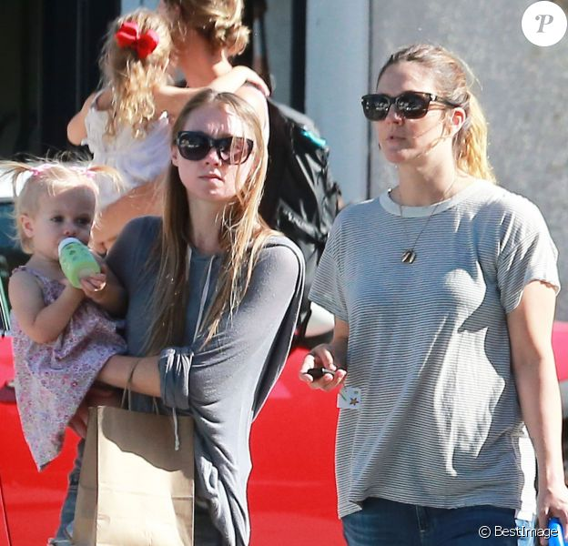 Exclusif - Drew Barrymore se promène avec sa fille Frankie et une amie à Larchmont en Californie le 24 juillet 2015.  Exclusive - For Germany call for price - Please hide children's face prior to the publication - Actress and busy mom Drew Barrymore is spotted shopping with her daughter Frankie and a friend on July 24, 2015 in Larchmont, California. Missing from the outing was her other daughter Olive and her husband Will Kopelman.24/07/2015 - Larchmont