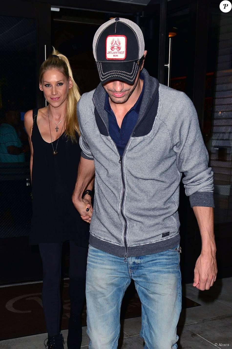 Enrique Iglesias et Anna Kournikova à la sortie du Palm Restaurant à Beverly Hills, le 6 août 2015.