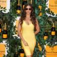 Camila Alves, beauté solaire en robe jaune Herve Leger, assiste au 6e Veuve Clicquot Polo Classic à Jersey City. Juin 2013.