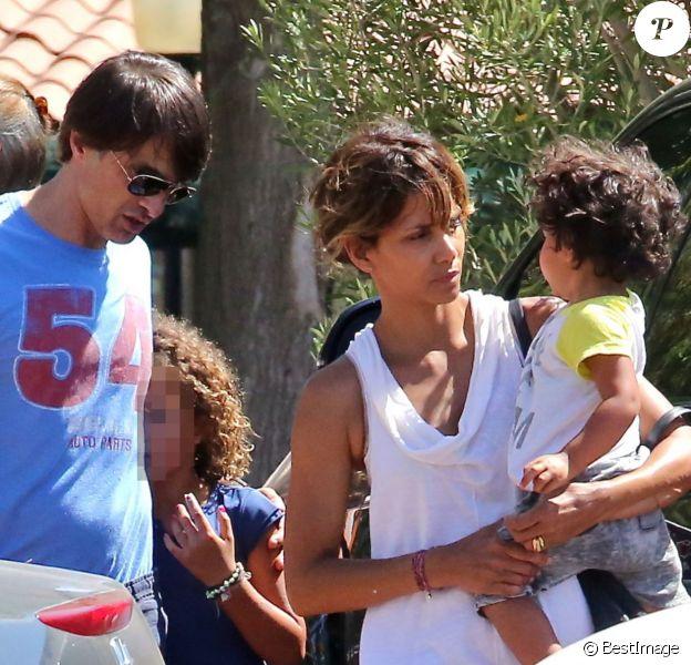 Halle Berry, sa fille Nahla, son mari Olivier Martinez et leur fils Maceo dans les rues de Los Angeles le 30 août 2015