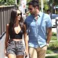 Cara Santana et son fiancé Jesse Metcalfe se promènent à West Hollywood, le 5 août 2015.