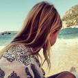 Helena la fille de Kelly Rutherford à la plage / photo postée sur le compte Instagram de l'actrice.