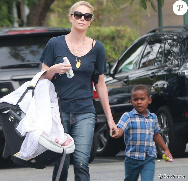 Exclusif - Charlize Theron fait du shopping au Bristol Farms avec ses enfants Jackson et August à Hollywood, le 12 septembre 2015.