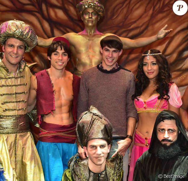 """Lilian Renaud, vainqueur de The Voice 2015 pose avec la troupe - Showcase du spectacle musical """"Aladin Faites un Voeu !"""" (à partir du 17 octobre) au Théâtre Comédia, à Paris le 16 septembre 2015."""