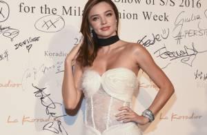 Miranda Kerr aguicheuse : Défilé de robes sexy en Italie