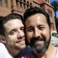 Danny Pintauro et son compagnon Wil Tabares posent après avoir obtenu leur licence de mariage, en Californie.