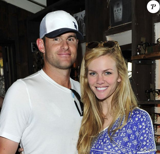 Brooklyn Decker et Andy Roddick lors du TOMS Challenged Americans to Go One Day Without Shoes to Raise Global Awareness About Childrens Health and Education Needs, au TOM'S Coffee de Venice à Los Angeles, le 29 avril 2014