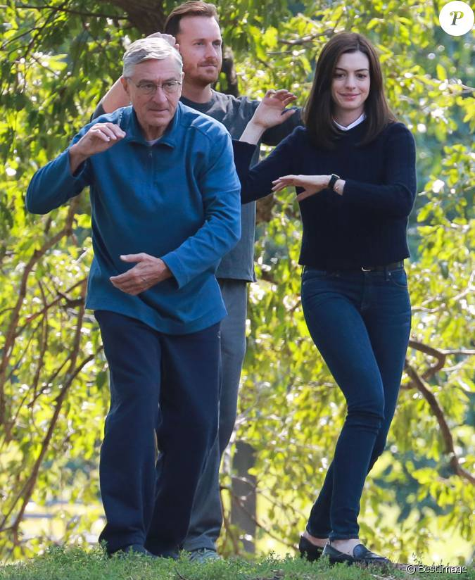 robert de niro et anne hathaway sont en pleine s ance de. Black Bedroom Furniture Sets. Home Design Ideas