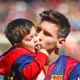 """"""" Lionel Messi et son fils Thiago Messi - Les joueurs du FC Barcelone posent avec leurs enfants avant le match contre le Rayo Vallecano à Barcelone, le 8 mars 2015. """""""