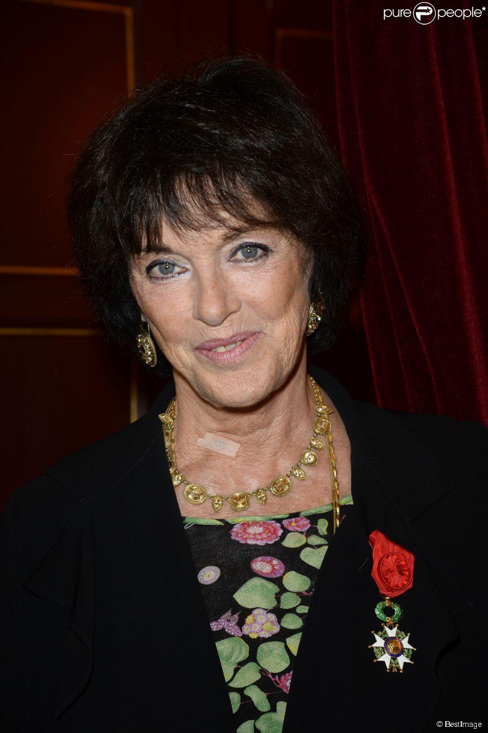 Anny Duperey - Anny Duperey reçoit la médaille d'Officier de la Légion d'Honneur au théâtre du Palais Royal à Paris. Le 6 octobre 2014