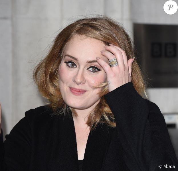 Adele quitte les locaux de BBC Radio 2, à Londres, le 23 octobre 2015
