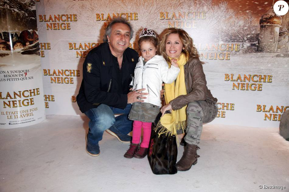 Lara Fabien, Gerard Pullicino et leur fille Lou à la première du film Blanche Neige à Paris, le 1er avril 2012