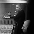 Anne Sila travaille en studio d'enregistrement sur son premier album.