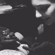 Kylie Jenner s'est ensuite emparée du stylo de l'artiste tatoueur Keith McCurdy et lui a tatoué la jambe gauche. Photo publiée le 9 novembre 2015.