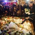 Le groupe rock U2 rend hommage aux victimes des attentats de Paris près du Bataclan le 14 novembre 2015.