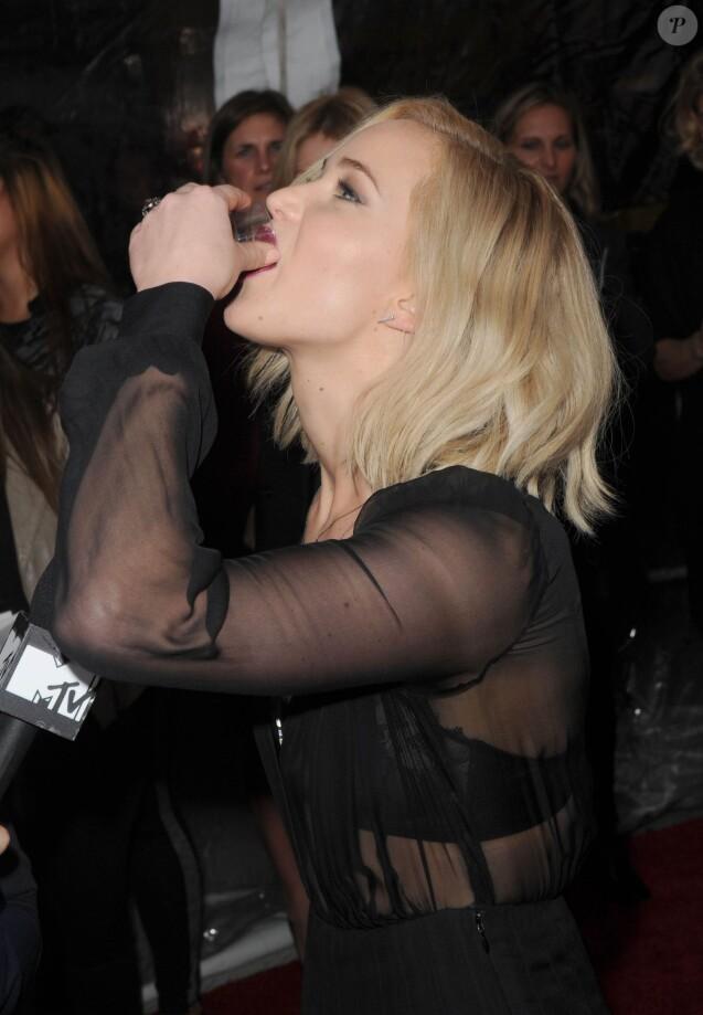 """Jennifer Lawrence boit deux shots de Kentucky Bourbon avant la première de """"The Hunger Games: Mockingjay - Part 2"""" à New York, le 18 novembre 2015."""