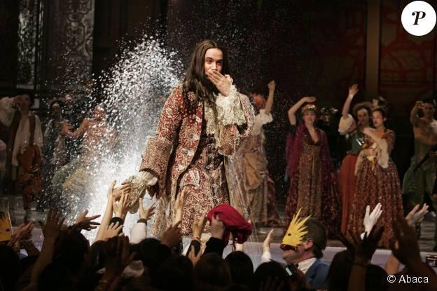 """Emmanuel Moire durant la dernière représentation de la comédie spectacle """"Le Roi Soleil"""" au Palais des Sports à Paris, le 8 janvier 2006."""