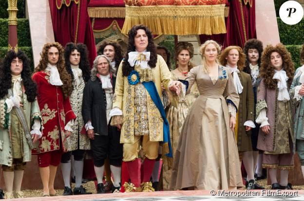 """Alan Rickman, dans le rôle de Louis XIV, et Kate Winslet dans """"Les jardins du Roi"""", en 2015."""