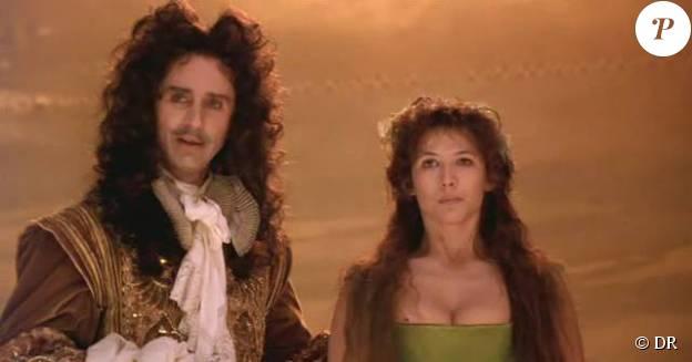 """Thierry Lhermitte en Louis XIV au côté de Sophie Marceau dans """"Marquise"""" de Véra Belmont, 1997."""
