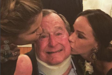 George W.H. Bush : Un baiser des jumelles Bush, le sourire retrouvé à 91 ans