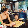 Chrissy Teigen cuisine avec la fille d'une amie pour Thanksgiving / photo postée sur Instagram à la fin du mois de novembre 2015.