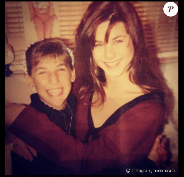 Mayim Bialik a posté sur Instagram une photo d'elle et de Jennifer Aniston à l'époque de la série Molloy, en 1990