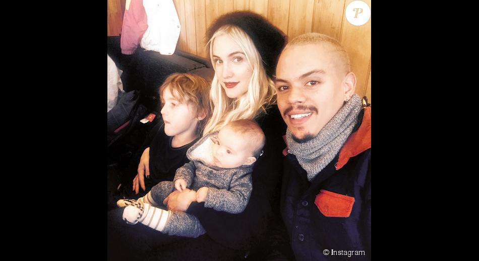 Ashlee Simpson et son mari Evan Ross, leur fille Jagger Snow et son fils Bronx Mowgli en vacances à Aspen / photo postée sur Instagram au mois de décembre 2015.