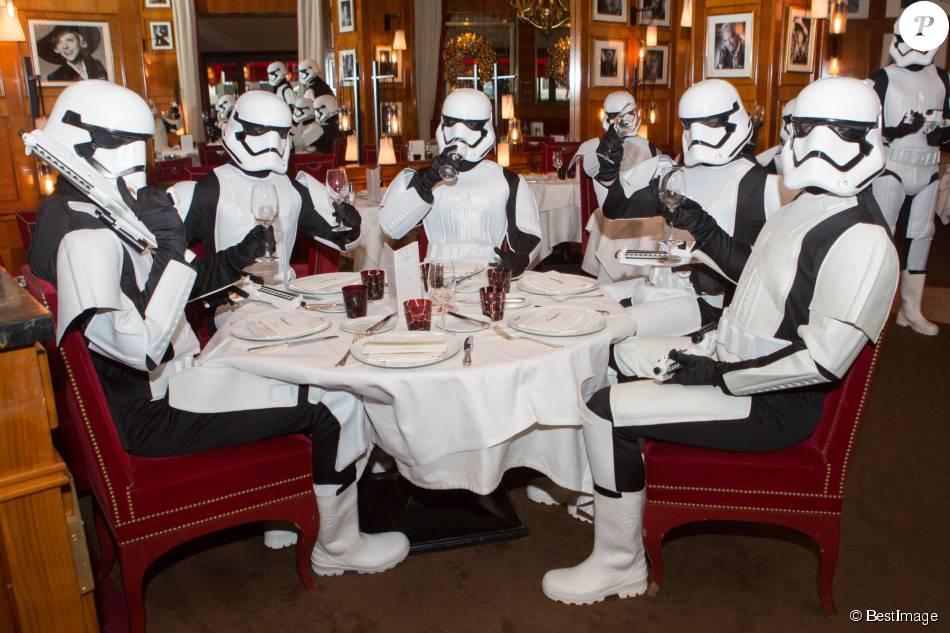 """Exclusif - Les Stormtroopers investissent le restaurant Le Fouquet's, à l'occasion de la sortie du film """"Star Wars - Le Réveil de la force"""" (événement organisé par Immersion Studio) à Paris. Le 29 novembre 2015"""