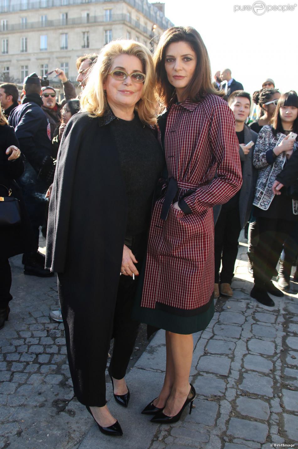 Catherine Deneuve et sa fille Chiara Mastroianni arrivent, très élégantes, au défilé de mode, collection prêt-à-porter automne-hiver 2014/2015, de Louis Vuitton à Paris, le 5 mars 2014.