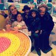 Mariah Carey est allé dîner avec ses enfants Monroe et Moroccan ainsi que leur père Nick Cannon et leur grand-mère / photo postée sur Instagram, le 19 décembre 2015.