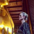 """""""Laeticia visite un temple à Bangkok - Johnny Hallyday en famille en Thaïlande, décembre 2015."""""""