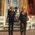 """""""Johnny et Laeticia devant un temple à Bangkok - Johnny Hallyday en famille en Thaïlande, décembre 2015."""""""