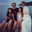 Johnny et Laeticia Hallyday posent avec leurs filles, Jade et Joy, en Thaïlande, janvier 2016.