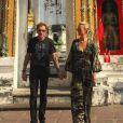 Johnny et Laeticia devant un temple à Bangkok - Johnny Hallyday en famille en Thaïlande, décembre 2015.